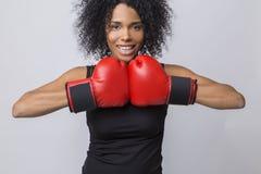 Kobieta bokser od Afryka w czarnym podkoszulku bez rękawów Obrazy Royalty Free