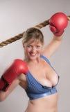 Kobieta bokser z czerwonymi bokserskimi rękawiczkami obrazy royalty free