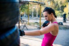 Kobieta boksera robić pracujący out Fotografia Royalty Free