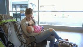 Kobieta Breastfeeding jej dziecka przy lotniskiem zdjęcie wideo