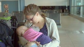 Kobieta Breastfeeding jej dziecka przy lotniskiem zbiory