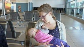 Kobieta Breastfeeding jej dziecka przy lotniskiem zbiory wideo