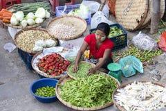 Kobieta bubla owoc i warzywo na ulicznym jedzenie rynku w centrum miasta, Yangon, Birma, Myanmar Obraz Stock