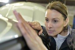 Kobieta budowniczego polerowniczy samochód zdjęcia royalty free