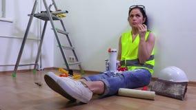 Kobieta budowniczy w herbacianym czasie zbiory