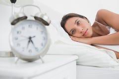 Kobieta budzi się up wcześnie w łóżku zdjęcia royalty free