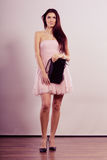 Kobieta butów jaskrawa suknia heeled sprzęgło w ręce Obrazy Stock