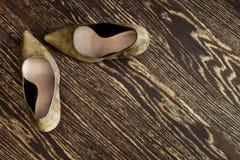 kobieta butów stojak na drewnianej podłoga Obraz Royalty Free
