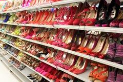 Kobieta buty na półkach