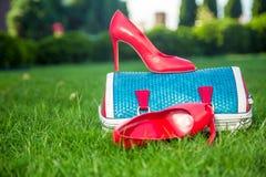 Kobieta buty są na torbie i na ziemi, kobiety lata buty Fotografia Royalty Free