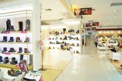 Kobieta buty sprzedają w sklepu pokazie Zdjęcia Royalty Free