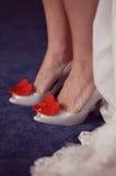 Kobieta buty z czerwonym sercem obraz stock