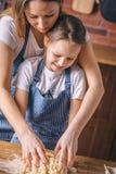 Kobieta, córki narządzanie i pozycja i ugniatamy zdjęcia stock