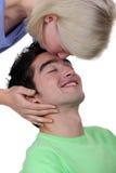 Kobieta całuje mężczyzna czoło zdjęcia stock