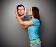 Kobieta całuje obrazek młody człowiek obraz royalty free