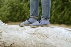 Kobieta cajgi i buty i baulk Obrazy Royalty Free