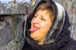 Kobieta chce lizać sopel obraz stock