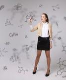 Kobieta chemik pisze chemicznych formułach na popielatym tle z stylus lub pióro obraz stock