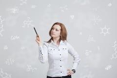 Kobieta chemik pracuje z chemicznymi formułami na popielatym tle zdjęcia royalty free