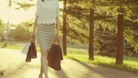 kobieta chodząca park zbiory wideo