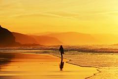 kobieta chodząca plażowa fotografia stock