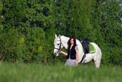 Kobieta chodzący koń w wiejskim polu Obraz Stock