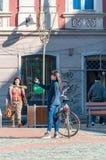kobieta chodząca ulicy fotografia royalty free
