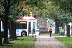 Kobieta Chodzi miasto transport zdjęcia royalty free