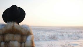 Kobieta chodzi na śnieżnym polu zbiory