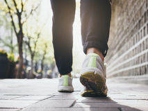 Kobieta Chodzi plenerowego Jogging ćwiczenie Zdrowego styl życia fotografia royalty free