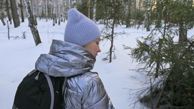 Kobieta chodzi w drewnach Podróżnik jest spacerem w brzoza lesie w miasto parku Dziewczyna chodzi w wieczór czasie z pięknym zbiory