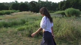 Kobieta chodzi w parku zbiory