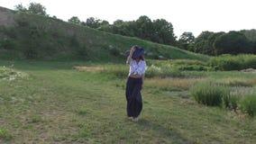 Kobieta chodzi w parku zdjęcie wideo