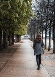 Kobieta chodzi w parku w Paryż po deszczu zdjęcie royalty free