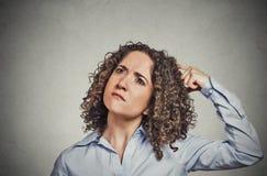 Kobieta chrobota głowy myślący rojenie o coś zastanawia się Fotografia Stock