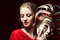 Kobieta chuje karnawałową venetian maskę Zdjęcie Stock