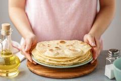 Kobieta chwytów talerz z gotującym meksykańskim flatbread fotografia royalty free