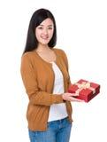 Kobieta chwyt czerwony prezenta pudełko Zdjęcia Royalty Free