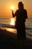 Kobieta chwyt wschód słońca Obrazy Royalty Free