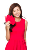 Kobieta chwyt z czerwieni kieszenią dla chińskiego nowego roku Obrazy Stock