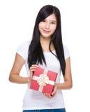 Kobieta chwyt z czerwonym prezenta pudełkiem obraz stock