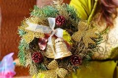 Kobieta chwyta bożych narodzeń wianek Fotografia Stock