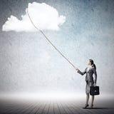 Kobieta chwyta chmura obraz royalty free