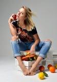 Kobieta chwyta czerwony organicznie jabłczany pobliski pudełko z świeżym organicznie vegetab Zdjęcie Stock