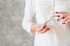 Kobieta chwyta eyeglasses eyewear czytelniczy hobby zdjęcia stock