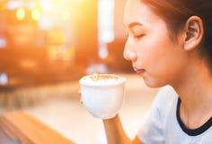 Kobieta chwyta filiżanka kawy dla pić Fotografia Royalty Free