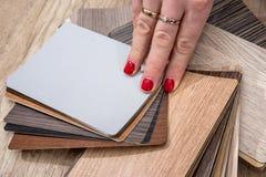 Kobieta chwyta koloru drewniany przewdonik Obraz Royalty Free