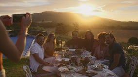 Kobieta chwyta pięknych momenty obiadowy przyjęcie zbiory wideo