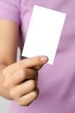 Kobieta chwyta pusta karta Zdjęcia Royalty Free
