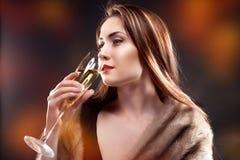 kobieta chwyta szkło szampan obrazy stock